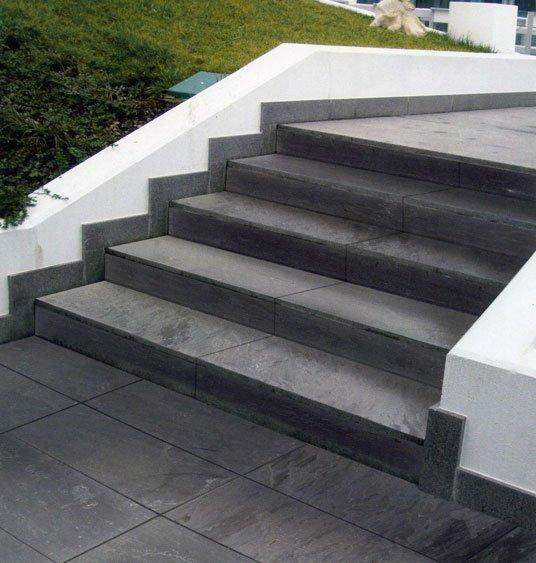 Casa moderna roma italy scale in pietra lavica for Scale esterne in pietra