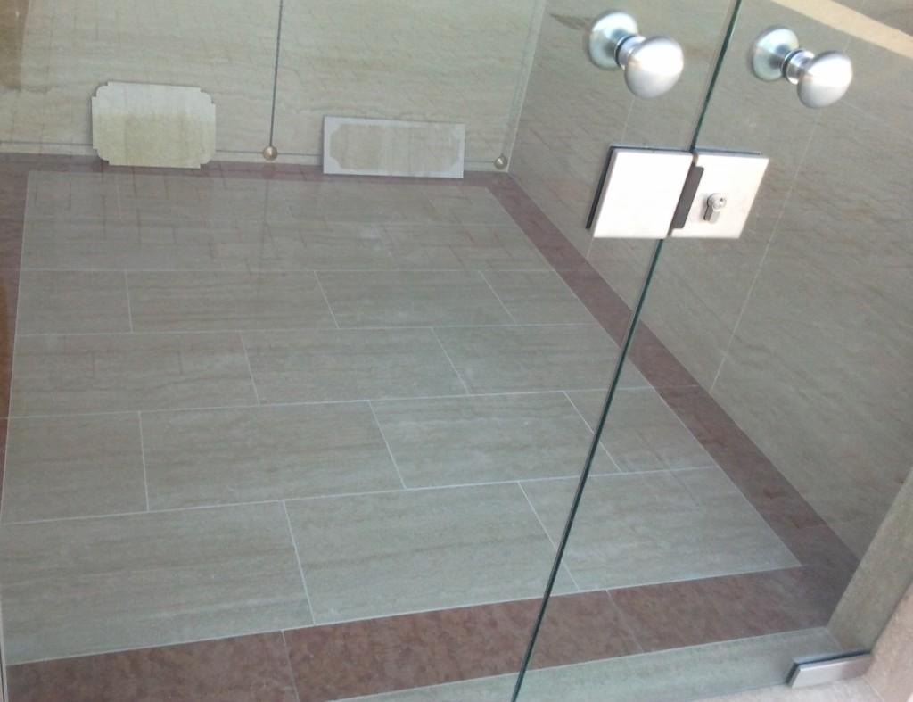 fascetta in Rosso Asiago a contornare il pavimento, rivestimento in Travertino.