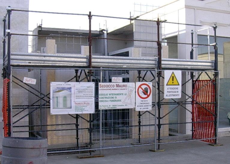 Cantiere allestito per lo svolgimento in sicurezza dei lavori a norma di legge.