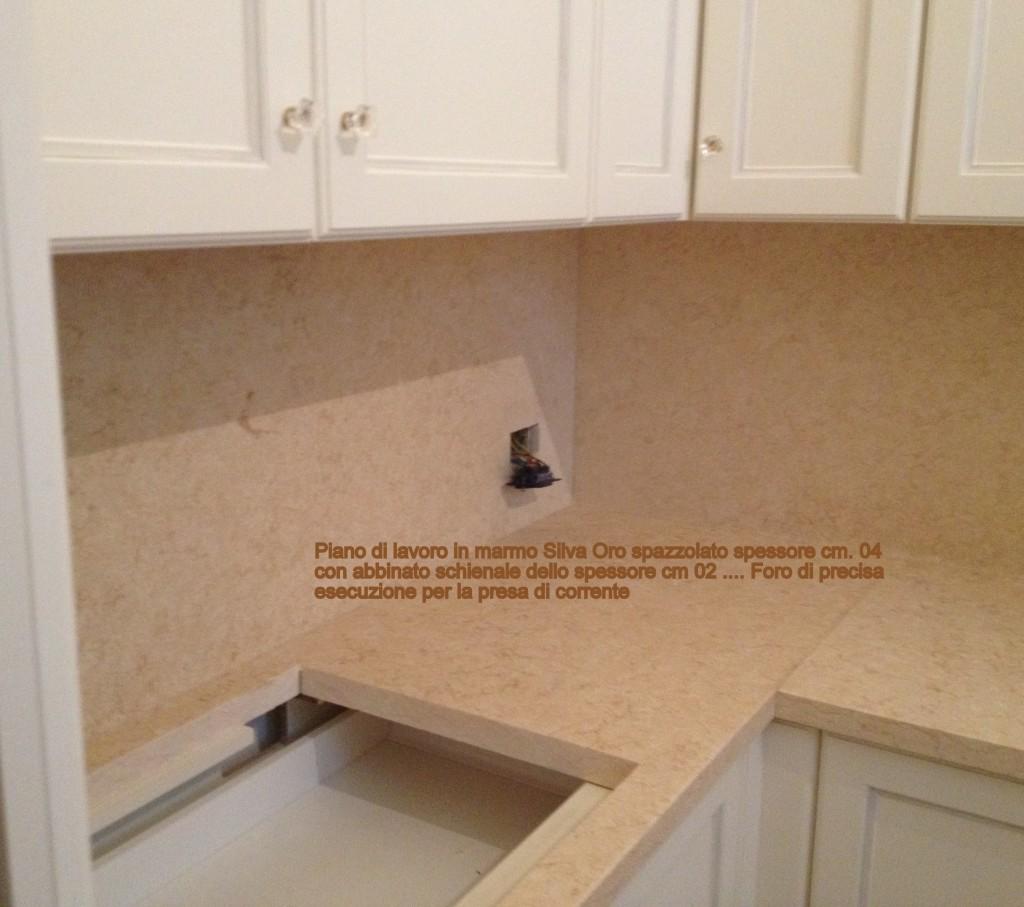 particolare dei fori su schienale top cucina